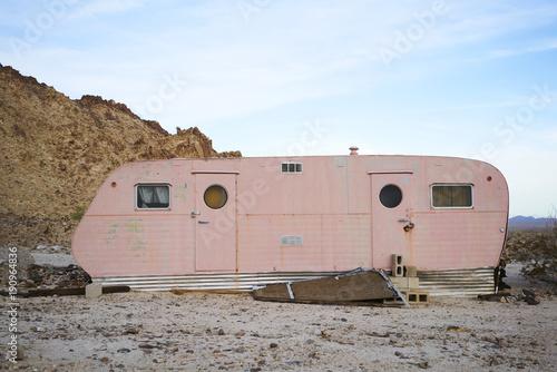 Spoed Foto op Canvas Retro Vintage Pink Trailer Imperial Desert, CA