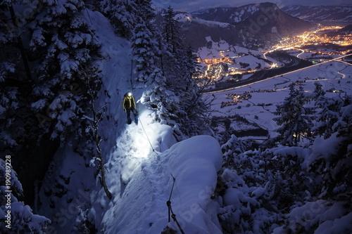 Foto op Plexiglas Alpinisme Bergsteiger an schmalem Grat im Winter