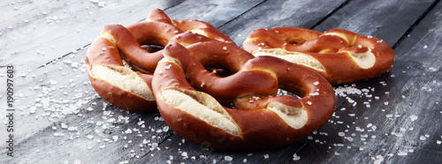 Fotografía German pretzels with salt close-up on the table.