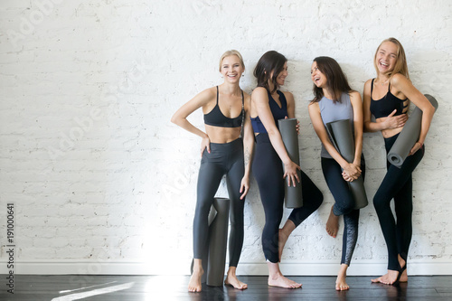 Obraz Women with yoga mats - fototapety do salonu