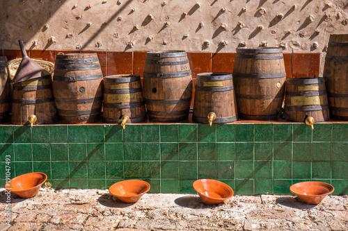 Reihe mit Weinfässern in Freilichtmuseum Sa Granja auf Mallorca