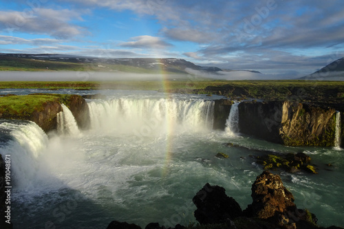 Photo  rainbow over godafoss waterfall early in the morning