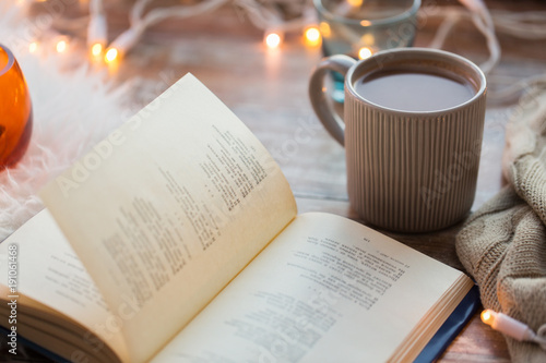Foto auf AluDibond Schokolade book and cup of coffee or hot chocolate on table