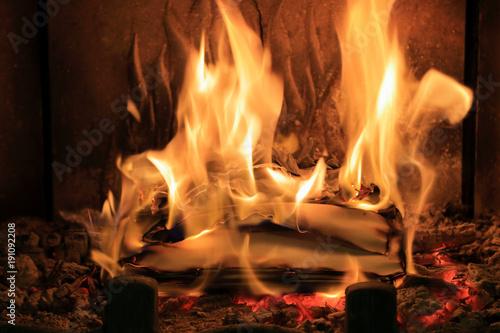 Photo Płomienie ognia w kominku, spalanie papietu, dokumentacji.