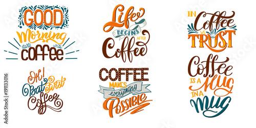 Napis zestawów cytatów kawowych. Kaligraficzny ręcznie rysowane znak. Teksty stylistyczne z grafiką. Typografia filiżanka kawy. Motywacja promocji sklepu