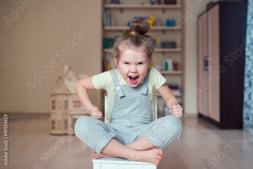 angry child scream Canvas-taulu