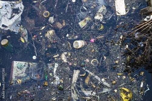 Fotografie, Obraz  不法投棄のゴミで溢れる水面