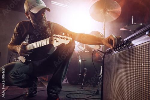 Obraz na plátně The guitarist tunes the combo amplifier.