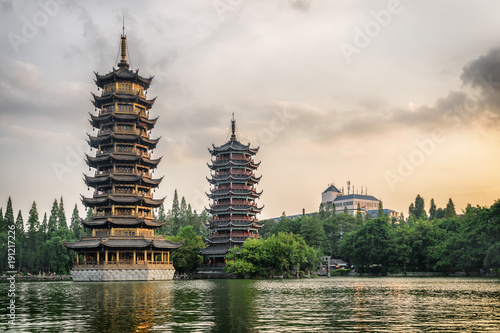 In de dag Guilin The Sun and Moon Twin Pagodas at sunset, Guilin, China