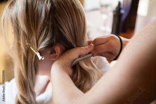 Photo Mariée se faisant coiffer avant le mariage