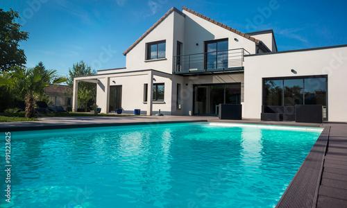 Obraz maison avec piscine - fototapety do salonu