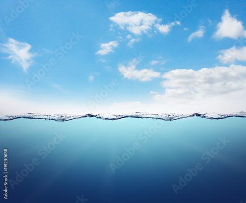 Leere Unterwasserlandschaft mit Wasserlinie und blauer Himmel mit Wolken