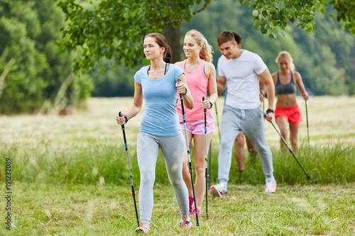 Fotografía  Gruppe macht Nordic Walking in der Freizeit