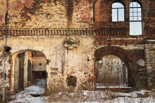 Ruina, ściana starej zniszczonej kamienicy mieszkalnej Poster