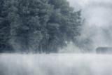 Sceniczny widok na jezioro podczas mglistej pogody - 191248203