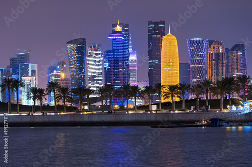 Photo  Doha Qatar epic skyline and palm trees