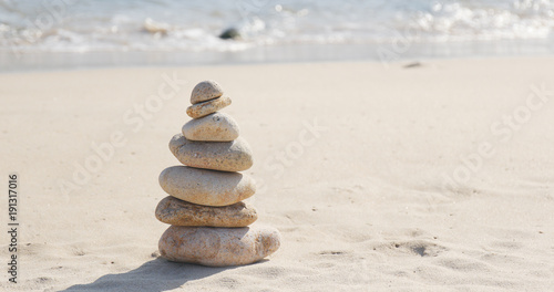 Photo sur Plexiglas Zen pierres a sable Marble stones in sea waves