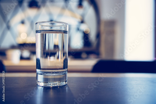 Klares Wasserglas in Restaurant, Morgen