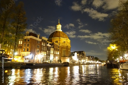 Photo Ronde Lutherse Kerk next to Singel canal in Amsterdam at night