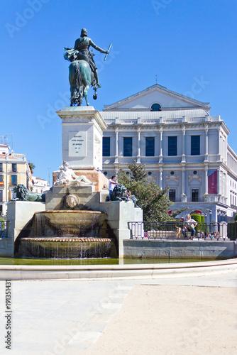 Der Plaza de Oriente zwischen dem Teatro Real (Opernhaus) und dem Königspalast in Madrid.