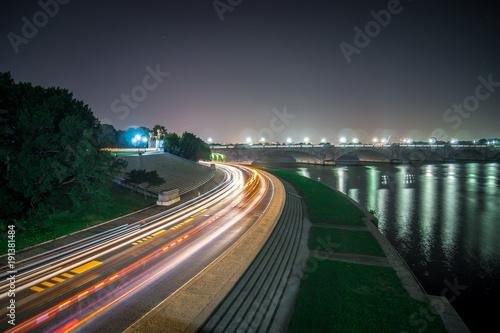 Rosslyn Skyline, Theodore Rosevelt Memorial Bridge and traffic trails on Ohio D Billede på lærred