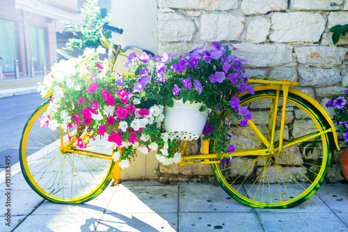 Türaufkleber Fahrrad charming street decoration - old bike with flowers