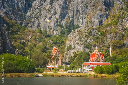 Fotografía Buddhist temples at the foot of rocky mountains