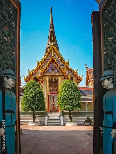 Cuadros en Lienzo Open gates to the Buddhist temple in Bangkok