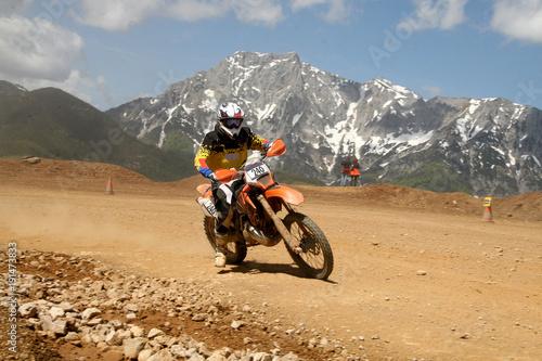 Fotografía  Motocrossfahrer auf der Rennstrecke