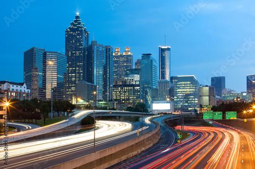 Plakat Niewyraźne światła samochodu na autostradzie w centrum Atlanty; Gruzja; USA