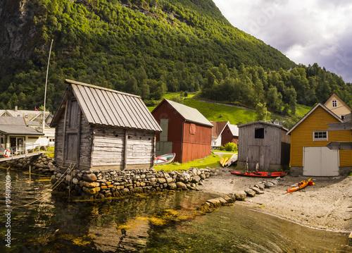Staande foto Stad aan het water Undredal, pueblo costero, tranquilo con un paisaje de casas típicas, y fiordos, cerca de la zona de Flam en Noruega, verano de 2017