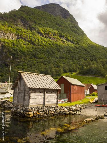 In de dag Stad aan het water Undredal, pueblo costero, tranquilo con un paisaje de casas típicas, y fiordos, cerca de la zona de Flam en Noruega, verano de 2017