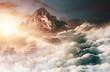 Leinwandbild Motiv Berglandschaft mit Gipfel hoch über Wolken