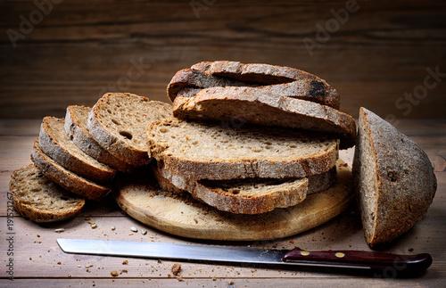 Plakat Pokrojony chleb rustykalny. Chleb pełnoziarnisty z nasionami
