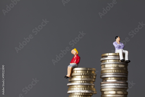 Fotomural Gender pay equality concept. man and woman on a stack of coins.