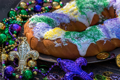 Photo king cake surrounded by mardi gras decorations