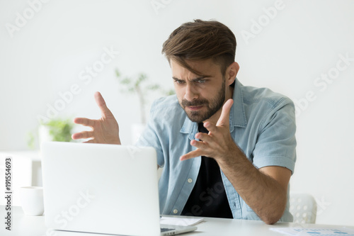 Fotografiet  Frustrated angry entrepreneur outraged by laptop problem, furious mad man using