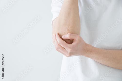 Fotografía  肘をおさえる男性