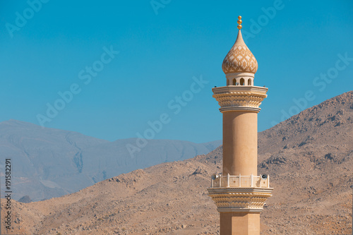 Fotografia Mosque minaret in the desert