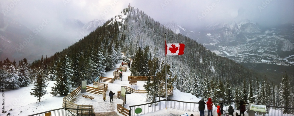 Fototapeta Sulphur Mountain in Banff National Park in the Canadian Rocky Mountains overlooking the town of Banff. The mountain was named in 1916 for the hot springs on its lower slopes. Elevation 2451 m