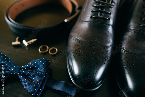 Fotografía  Wedding details. groom set. Men's accessories, shoes, rings