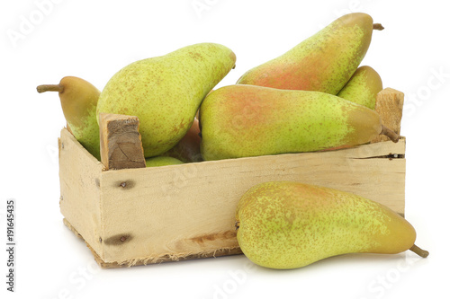 Photo fresh juicy abate pears in a wooden box on a white background