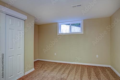 Fotografía  Empty room, sand beige walls, carpet floor in a luxury home.