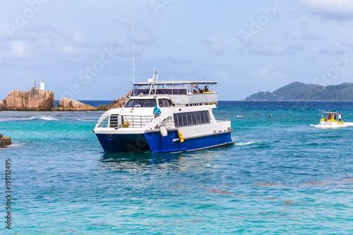 Canvas Print arrivée du ferry à la Digue, Seychelles