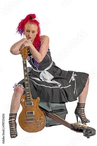 Rock'n'Roll Sängerin mit roten Haaren sitzt auf einem Kontrabass Fototapet