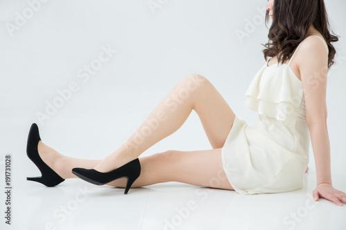 座る美脚の女性