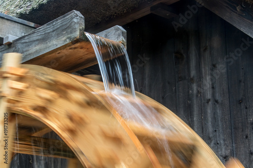 The part of mill wheel rotates under a stream of water, open air museum Fototapet