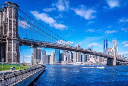 Tuinposter New York City brooklyn bridge in front of manhattan, new york