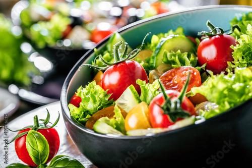Obraz Salat mit frischem Gemüse - fototapety do salonu