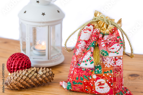 Photo  Red gift bag with white lantern for christmas